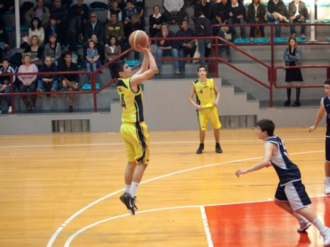 Il-Capitano-della-squadra-under-15-Campione-dItalia-Marco-Reali-esegue-un-plastico-tiro-in-sospensione-480x360